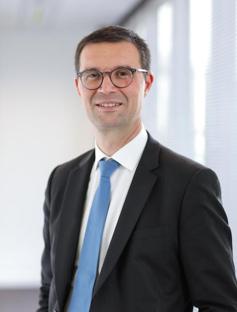 lipca 2018 roku stanowisko dyrektora generalnego Carrefour Polska objął Christophe Rabatel.  Christophe Rabatel to menedżer z wieloletnim doświadczeniem w obszarach finansów i handlu. Karierę zawodową rozpoczął w 1995 roku w Deloitte, pracując w oddziałach w Paryżu i Montrealu.  Z Grupą Carrefour związany jest od 14 lat. Dołączył do Grupy Carrefour jako dyrektor kontrolingu na Europę. W latach 2006 – 2009 zajmował stanowisko dyrektora finansowego i administracyjnego oraz członka Zarządu Carrefour w Turcji. Następnie odpowiadał za finanse, ekspansję i organizację supermarketów Carrefour Market we Francji.  W kolejnych latach zdobywał doświadczenie operacyjne w segmencie sklepów convenience we Francji jako dyrektor regionalny. Od marca 2015 do chwili obecnej pełnił funkcję dyrektora wykonawczego sklepów convenience i Cash and Carry.  Christophe Rabatel posiada dyplom Institut Commercial w Nancy oraz tytuł MBA zdobyty na Uniwersytecie Indiana w Pensylwanii w 1994 roku.  O Carrefour      Carrefour Polska to omnikanałowa sieć handlowa, pod szyldem której działa w Polsce prawie 900 sklepów w 5 formatach: hipermarketów, supermarketów, sklepów osiedlowych i specjalistycznych oraz sklepu internetowego. Carrefour jest w Polsce również właścicielem sieci 20 centrów handlowych o łącznej powierzchni ponad 230 000 GLA oraz sieci ponad 40 stacji paliw.  Carrefour, jako jeden ze światowych liderów handlu spożywczego, jest silną multiformatową siecią, która posiada 12 300 sklepów w ponad 30 krajach. Carrefour obsługuje 105 milionów klientów na całym świecie i wygenerował w 2017 roku sprzedaż w wysokości 88,24 miliarda euro. Grupa liczy ponad 380 000 pracowników, którzy pracują wspólnie, aby Carrefour został światowym liderem transformacji żywieniowej, oferując wszystkim klientom produkty spożywcze wysokiej jakości, ogólnie dostępne i w atrakcyjnej cenie. Więcej informacji na www.carrefour.com oraz na Twitterze (@GroupeCarrefour) i na LinkedInie (Carrefour).  Polityka biznesu odpowie